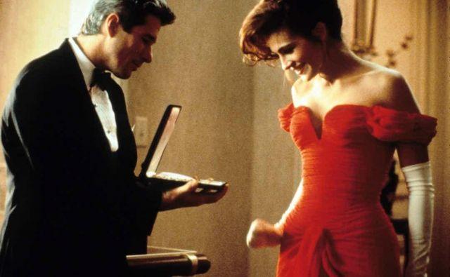 Še danes slovi za fenomen med romantičnimi komedijami in je kljub različnim kritikam tedaj obnorela svet. Ustvarila je 463,4 milijona dolarjev prihodkov, vloga je Julii Roberts prinesla zlati globus za najboljšo igralko in nominacijo za oskarja. Foto Promocijsko gradivo