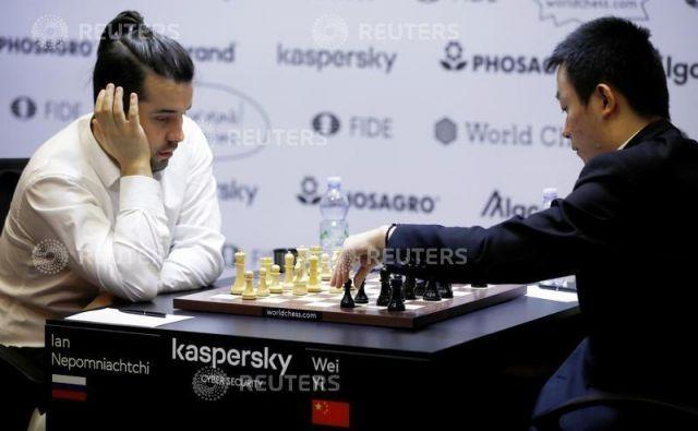 V Jekaterinburgu so prekinili kvalifikacijskih turnir osmih izzivalcev svetovnega prvaka v šahu Magnusa Carlsena. Po polovici turnirja je ob Francozu Maximu Vachier-Lagravu na vrhu Rus Jan Nepomnjaščij (levo). FOTO: Reuters