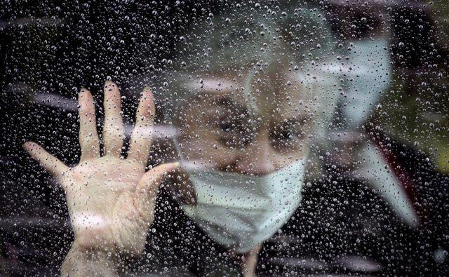Naš odziv na novi koronavirus je z vidika Camusove filozofije pretiran zato, ker bolezen preveč osmišljamo. Foto David Ryder Reuters