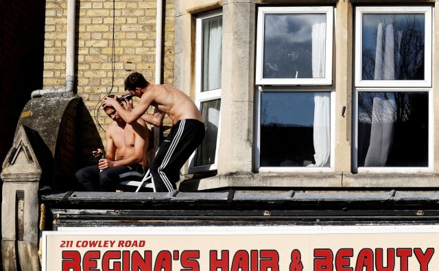 Frizerski saloni so žarišče krize zaradi koronavirusa po svetu. Na fotografiji prizor iz Velike Britanije. FOTO: Eddie Keogh/Reuters