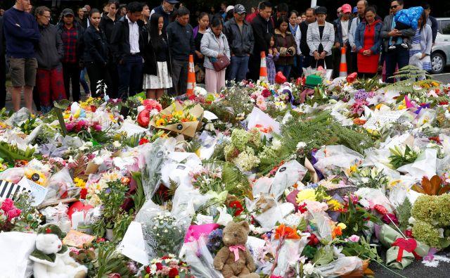 Mnogi so se prišli pred mošejo Al Noor poklonit spominu na žrtve. FOTO: Edgar Su/Reuters