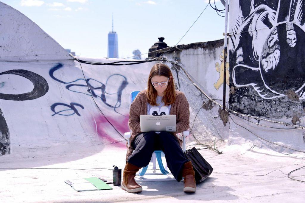 FOTO:Živijo v izolaciji, založeni s hrano in pijačo, in študirajo po spletu
