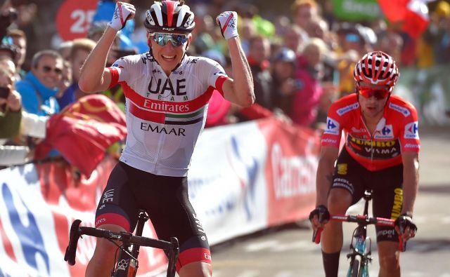 Tadej Pogačar (levo) se je lanskega septembra takole veselil zmage v 13. etapi dirke po Španiji, ki jo je končal pred Primožem Rogličem. FOTO: AFP