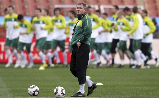 Selektor Matjaž Kek pred prvo tekmo na svetovnem prvenstvu v Južni Afriki. Slovenija se je prav leta 2010 zadnjič uvrstila na veliko tekmovanje, tedaj je bilo rekordno tudi državno financiranje športa. FOTO: Reuters