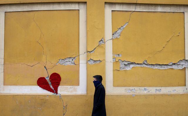 Zagreb je prizadel potres z močjo 5,5 stopnje po Richterjevi lestvici. V trenutku, ko je Zagreb stresel potres, so štiri nosečnice prišle na tamkajšnjo kliniko za ženske bolezni Petrova in čakale na porod. Potres je uničil tudi zdravstveno infrastrukturo, panika je zavladala v trenutku, kajti stara zgradba, v kateri je porodnišnica, se je dobesedno stresala zaradi jakosti potresa. A dežurno medicinsko osebje se je odzvalo neverjetno prisebno in štiri bodoče mamice so namestili v vozila, kjer so počakale, dokler niso uredili improvizirane porodnišnice na oddelku za ginekološko onkologijo. FOTO: Antonio Broni/Reuters