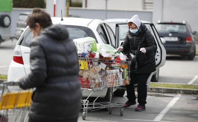 Ministrstvo za kmetijstvo poziva prebivalstvo k nakupu domače hrane, vendar se police še vedno šibijo pod uvoženimi izdelki, posebno to velja za sadje in zelenjavo. FOTO: Leon Vidic