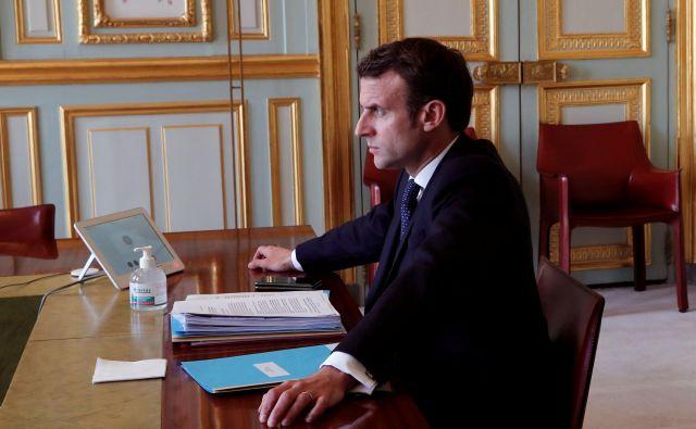 Tudi Emmanuel Macron je prisiljen voditi Francijo po telefonu in prek videokonferenc. FOTO: AFP