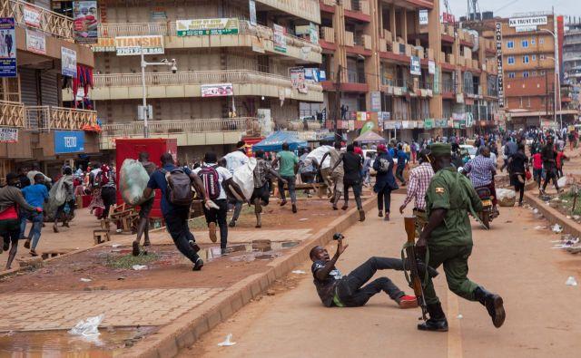 V Kampali, glavnem mestu Ugande, policisti preganjano ulične prodajalce, potem ko je ugandski predsednik javnosti napovedal 32 dnevno karanteno, da bi zajezil širjenje koronavirusa. Ugandski organi so identificirali 14 potrjenih primerov koronavirusa v državi. Zaprte so vse meje. FOTO: Badru Katumba/Afp<br />