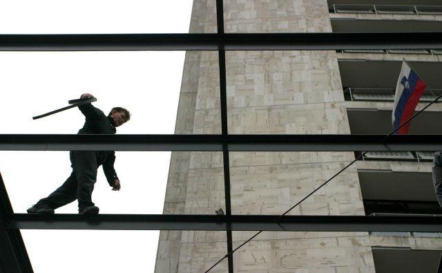 Prihajanje delavcev na gradbišča je oteženo oziroma v skupnem prevozu ni poskrbljeno za ustrezno varno razdaljo in zaščito. Foto Šipić Roman