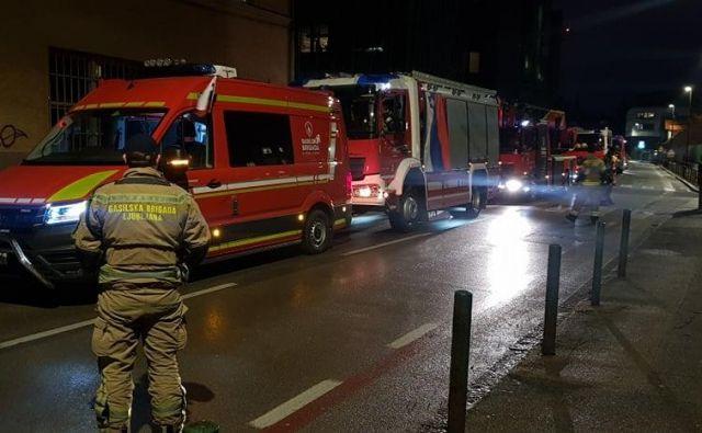 Gasilci Gasilske brigade Ljubljana so zaploskali pred infekcijsko kliniko. FOTO: Gasilska brigada Ljubljana/facebook