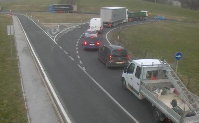 Zaradi prevrnjenega tovornjaka na primorski avtocesti je za promet urejen obvoz. FOTO: Dars kamera