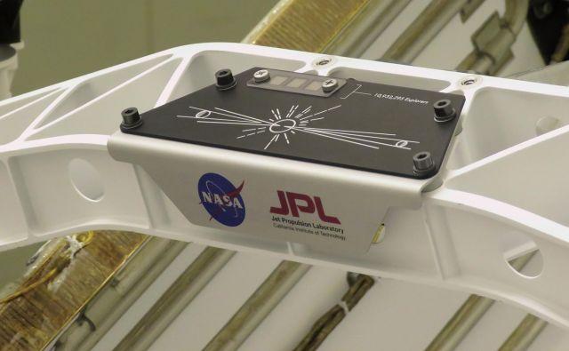 Trije čipi z imeni ter ilustracija Zemlje, Sonca in Marsa.<br /> FOTO: NASA/JPL-Caltech
