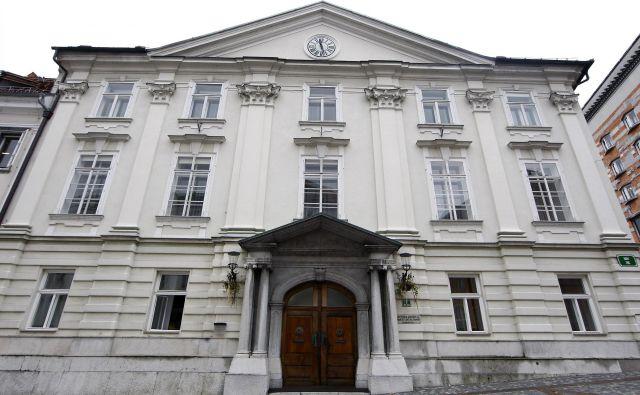 Slovenska akademija znanosti in umetnosti se zahvaljuje vsem, ki se trudijo zajeziti okužbo, skrbijo za bolne in rešujejo človeška življenja. Foto Ale�š Černivec