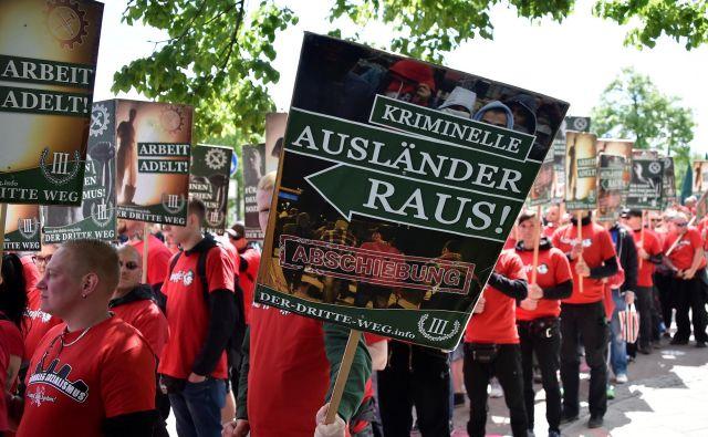 Demonstracije skrajno desne Tretje poti v Chemnitzu v Nemčiji leta 2018. Besede sovraštva lahko hitro preidejo v dejanja. FOTO: Matthias Rietschel/Reuters