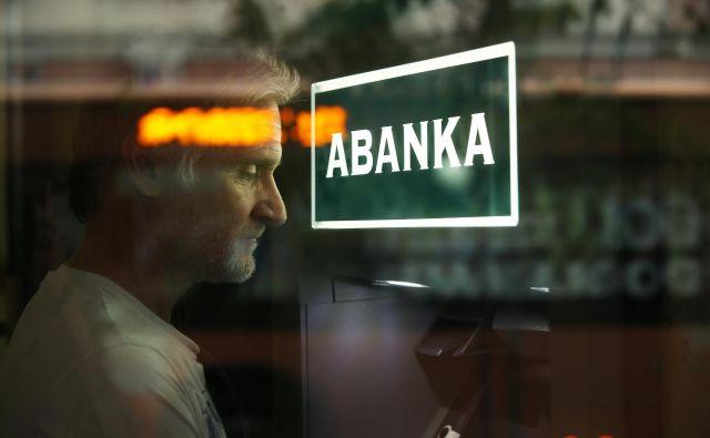 Abanka je zaprla več manjših poslovalnic, da uresničuje priporočila NIJZ. FOTO: Jure Eržen/Delo