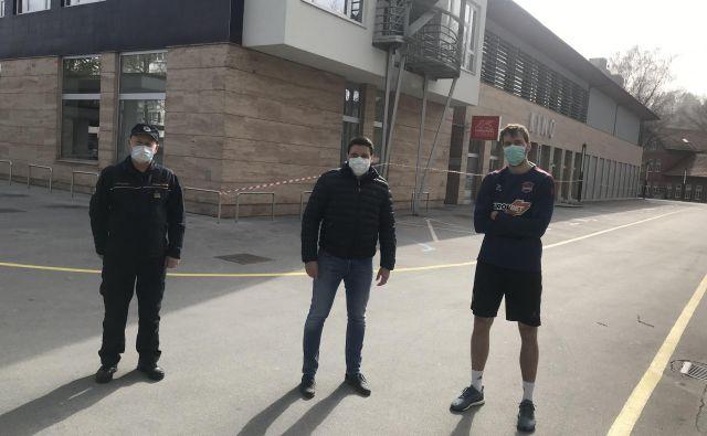 Zoran Dragić (desno) je eden izmed potnikov, ki so prišli iz Madrida v velenjski hotel Paka. Zanje bo poskrbela velenjska občina, je obljubil podžupan Peter Dermol (v sredini), v sodelovanju z regijskim štabom Civilne zaščite Zahodno Štajerske, ki jo vodi poveljnik Janez Melanšek (levo). FOTO: CZ ZŠ