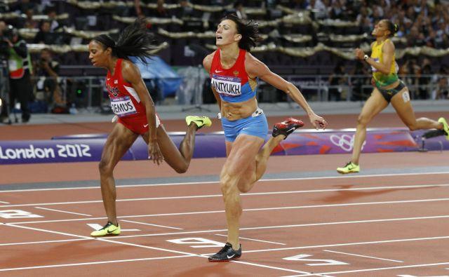 Natalija Antjuh je v finalu OI v Londonu ugnala Američanko Lashindo Demus (levo). FOTO: Reuters