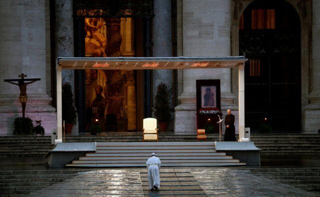 Papež Frančišek je danespodelil izredni blagoslov mestu in svetu (urbi et orbi). FOTO: Guglielmo Mangiapane/Reuters