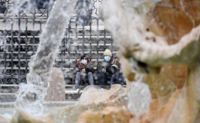 V sosednji državi življenje že tedne tako rekoč stoji pri miru, Italijani pa je čedalje bolj zaskrbljeni nad tem, kako se bo država pobrala. Foto Alberto Lingria/Reuters