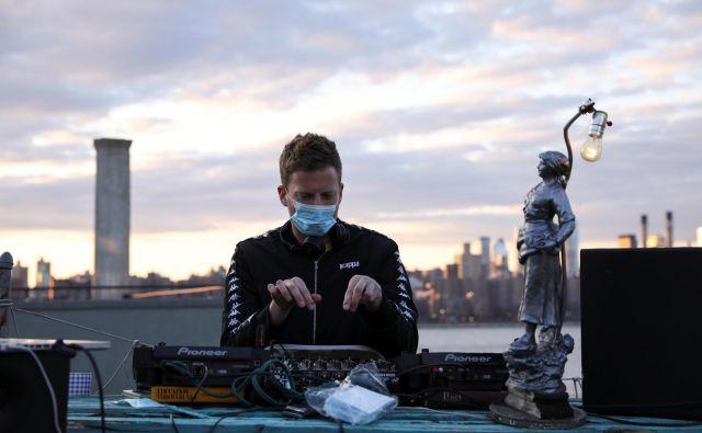Morda bo epidemija na gosteje poseljenih območjih trajala še leta. FOTO: Reuters
