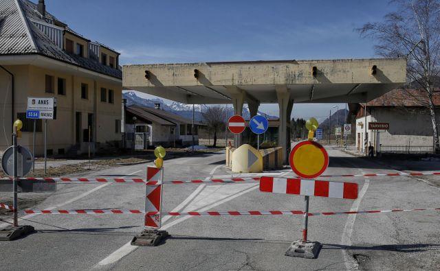 Manjši mejni prehodi kot je ta v Ratečah so zaprti. FOTO: Blaž Samec/Delo