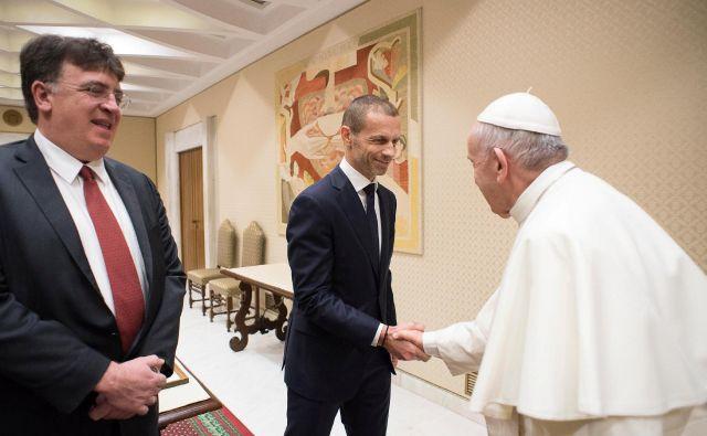 Aleksander Čeferin je med lanskim kongresom Uefe v Rimu srečal tudi papeža Frančiška, s katerim deli mnenje tudi v času bitke s koronavirusom. FOTO: Reuters