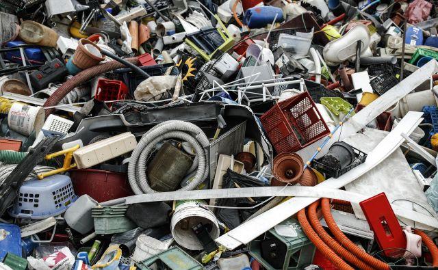 Od leta 1950 pa do danes smo na svetu proizvedli - in povečini odvrgli v naravo - 8 bilijonov ton plastičnih materialov. FOTO: Uroš Hočevar/Delo