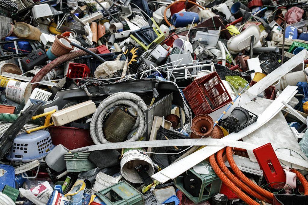 Odkrili so bakterijo, ki žre strupeno odpadno plastiko