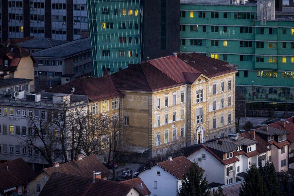 FOTO:V Sloveniji 684 okuženih, novi primer v postojnskem domu starejših in tudi v zaporu na Dobu