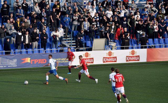 Sobotni mestni dvoboj Minska in Dinama je na štadionu za 3000 gledalcev pospremilo 1800 navzočih. FOTO: AFP