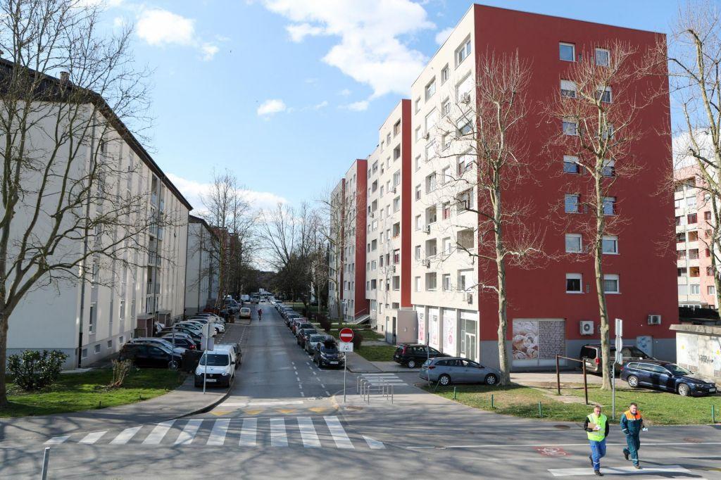 FOTO:V Sloveniji 730 okuženih, od danes obvezno razkuževanje večstanovanjskih stavb