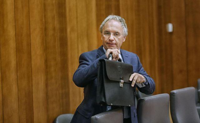 Minister za notranje zadeve Aleš Hojs bo moral pred današnjim odborom za finance še marsikaj pojasniti. FOTO: Blaž Samec
