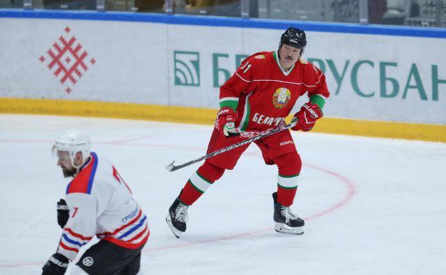 Beloruski predsednik Aleksander Lukašenko še naprej igra hokej. FOTO: Reuters