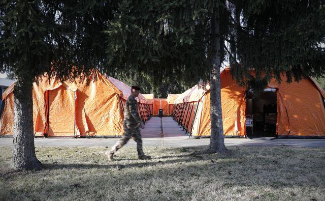 Vsak od dvanajstih šotorov v mobilnem stacionariju tehta 200 kilogramov. FOTO: Uroš Hočevar/Delo