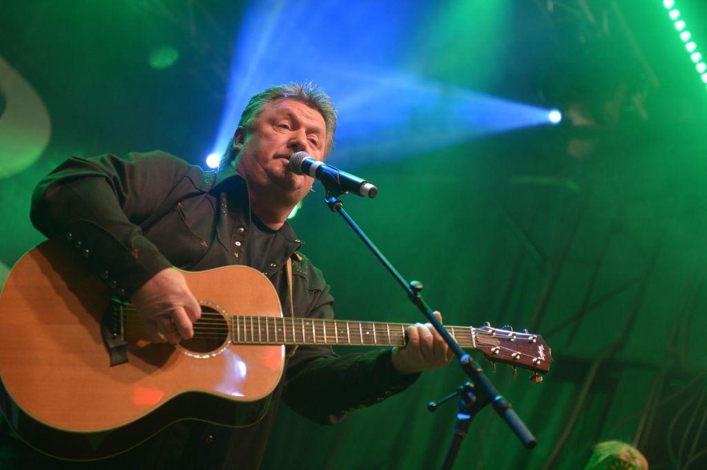 FOTO:Umrl country pevec Joe Diffie, ikona folka John Prine v kritičnem stanju
