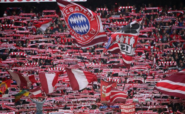 Navijači Bayerna si želijo, da bi njihovi ljubljenci osmo sezono zapored osvojili naslov nemškega prvaka. FOTO: Reuters