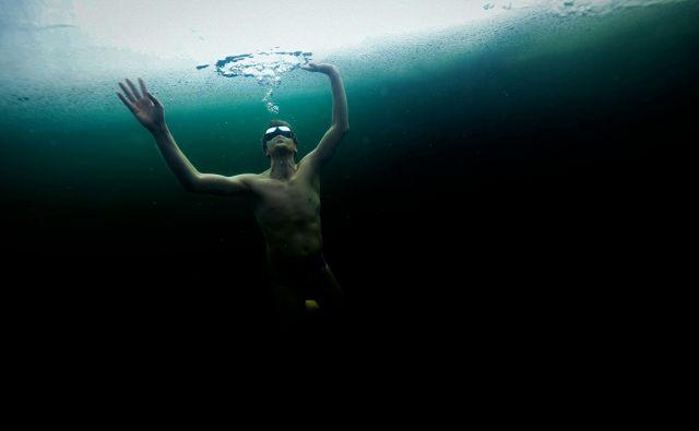 37-letni Finski potapljač na dih Kristian Maki-Jussila plava pod ledom v zamrznjenem jezeru. 21. marca 2020 je Kristian Maki-Jussila postavil neuradni svetovni rekord plavanja na daljavo v kopalkah v zamrznjenem jezeru na severu Finskem. Preplaval je razdaljo stoenega metra. FOTO: Olivier Morin/AFP<br />