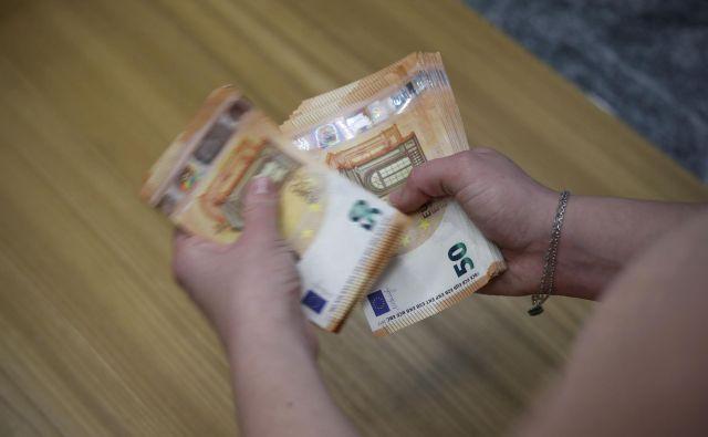 Finančna uprava je začela vračati dohodnino več kot 350.000 zavezancem. FOTO: Leon Vidic/Delo