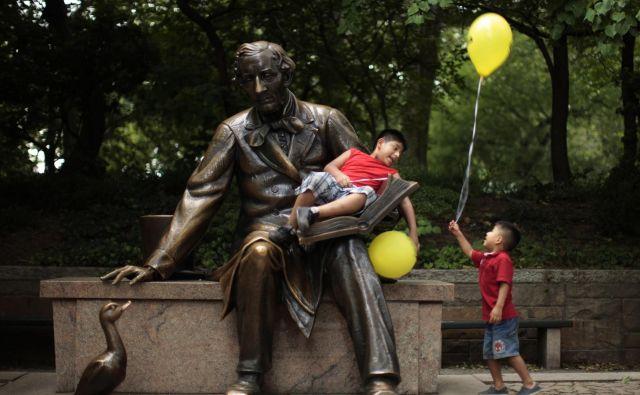 Južnokorejska avtorica in ilustratorka Bek Hi Na je dobitnica spominske nagrade Astrid Lindgren. Na fotografiji spomenik Hansu Christianu Andersenu v newyorškem Centralnem parku.Foto Reuters