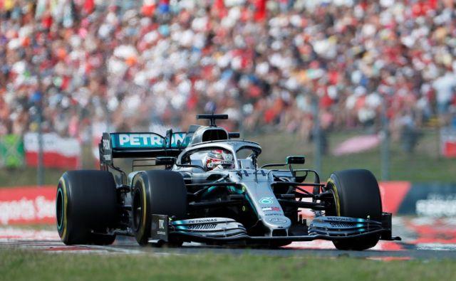 Lewis Hamilton se bo pognal v lov za ubranitev naslova svetovnega prvaka na junijski premieri sezone v Kanadi. FOTO: Reuters