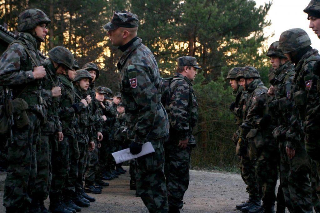 FOTO:Vlada potrdila besedilo predloga za podelitev izjemnih pooblastil vojski