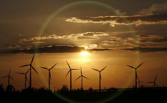 Največ obnovljive električne energije v Nemčiji proizvedejo vetrne elektrarne, kot je ta v Dessauu. FOTO: Fabrizio Bensch/Reuters