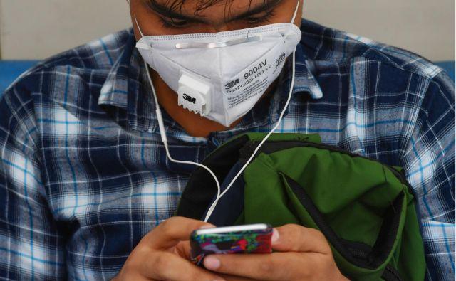 Se bomo proti virusu bojevali s sodobno tehnologijo ali srednjeveškimi metodami?FOTO: Afp