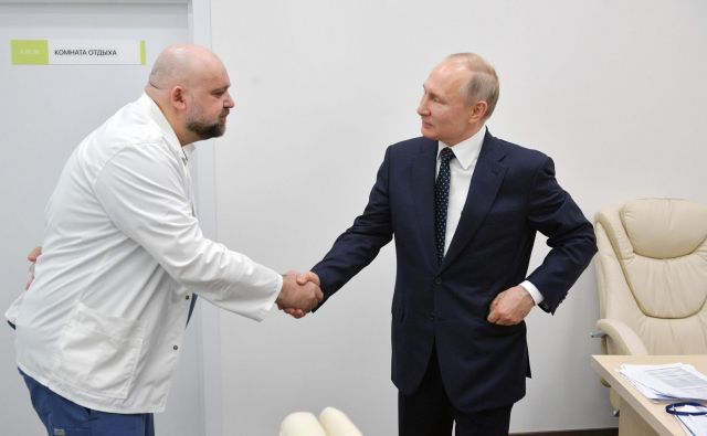 Ruski voditelj Vladimir Putin se je z zdravnikom Denisom Procenkom srečal šest dni prej, preden so odkrili, da je tudi glavni ruski strokovnjak za boj proti pandemiji okužen s koronavirusom. Foto: AFP