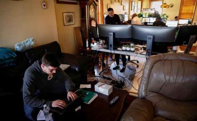 V času epidemije so se pisarne marsikje preselile v dnevne sobe. FOTO: Reuters