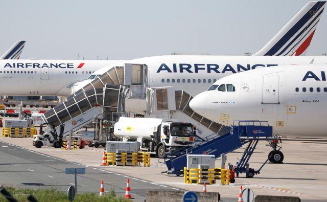 """Letala družbe Air France """"počivajo"""" na pariškem letališču Charles de Gaulle. FOTO: Reuters"""