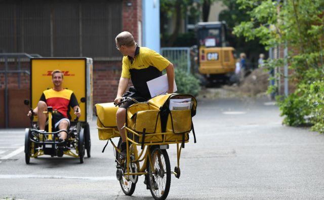 Spletni nakupi pomenijo več dela tudi za dostavljavce. FOTO: Reuters