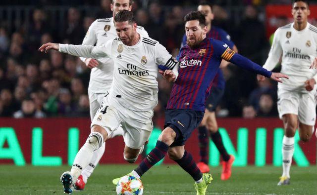 Kapetana največjih španskih klubov Lionel Messi (desno) in Sergio Ramos bosta imela največji vpliv na igralce, ko bodo odločali o predlogu vodstva lige. FOTO: Reuters