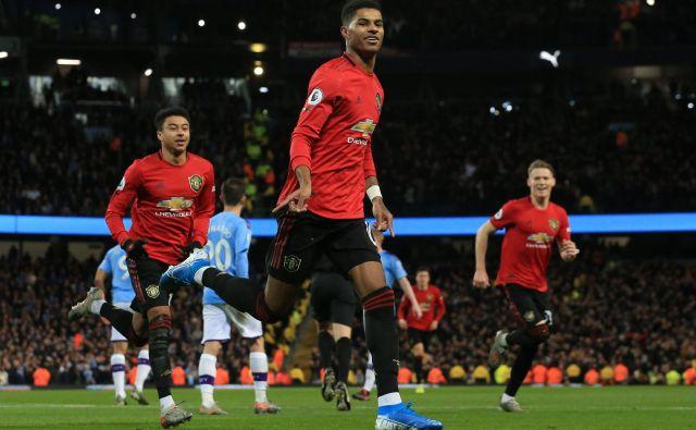 Derbiji, kot je mestni med Manchester Cityjem in Unitedom (takole se je veselil enega od golov Marcus Rashford) polnijo angleške nogometne štadione, ki zdaj samevajo. FOTO: AFP