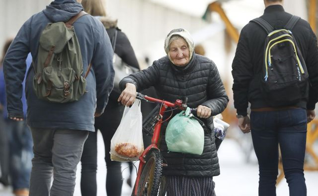 Pristojni naj prevzamejo odgovornost in v sodelovanju z izvajalci nemudoma poiščejo rešitve za največjo možno varnost zaposlenih in stanovalcev ter visoko strokovnost oskrbe in obolelih v domovih, poudarjajo na skupnosti socialnih zavodov. FOTO: Leon Vidic